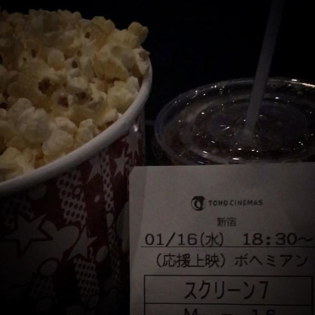 🍿新年一発目はコレに決めてました!🏻🕺🏻 #応援上映 #bohemianrhapsody #bohemianrhapsodymovie #queen #cinema #popcorn #godzilla 一緒に歌えて楽しかった〜!上映後に照明が付いてからデーオ!兄さんが現れて盛り上がった🤣ゴジラも頑張ってたよ。🦖