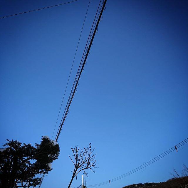 ️雲なし快晴🏻屋根のツララがヤバめDEATH!☠️ #sky #blueskyblue #hokkaido #北海道 #空 #ソラ #イマソラ #ツララ #氷柱