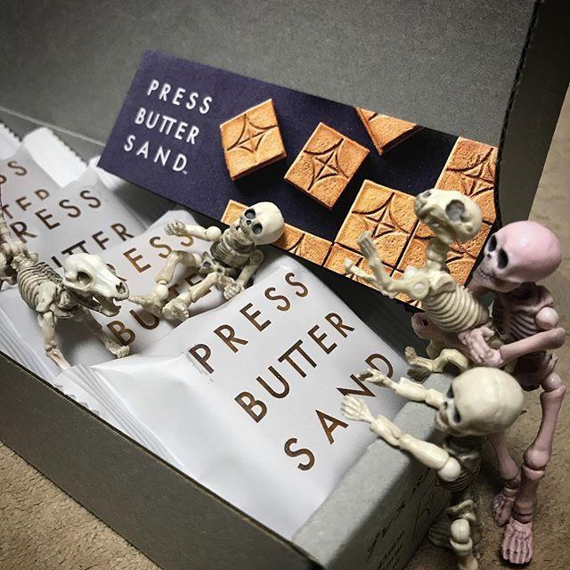 ホネたちもテンション上がっておりますDEATH!☠️ #yummy #sweets #pressbuttersand #poseskeleton #skeleton #skeletondog #skeletoncat  #cafelatte #homecafe #ポーズスケルトン #リーメント #プレスバターサンド