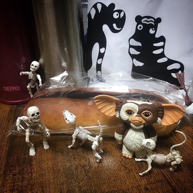 昨日のおやつ🥐あんこっぺ🥖毎月15日は餡増量DEATH!☠️ #Gizmo #Mogwai #Gremlins #poseskeleton #skeleton #ギズモ #モグワイ #グレムリン #謎生物 #ポーズスケルトン #リーメント #とらやカフェ