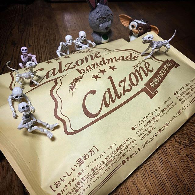 フンギビアンコとリコッタプロシュートカルツォーネ祭DEATH!☠️ #calzone #Gizmo #Mogwai #Gremlins #poseskeleton #skeleton #skeletondog #skeletoncat #usaji  #ギズモ #モグワイ #グレムリン #謎生物 #ポーズスケルトン #リーメント #うさじい