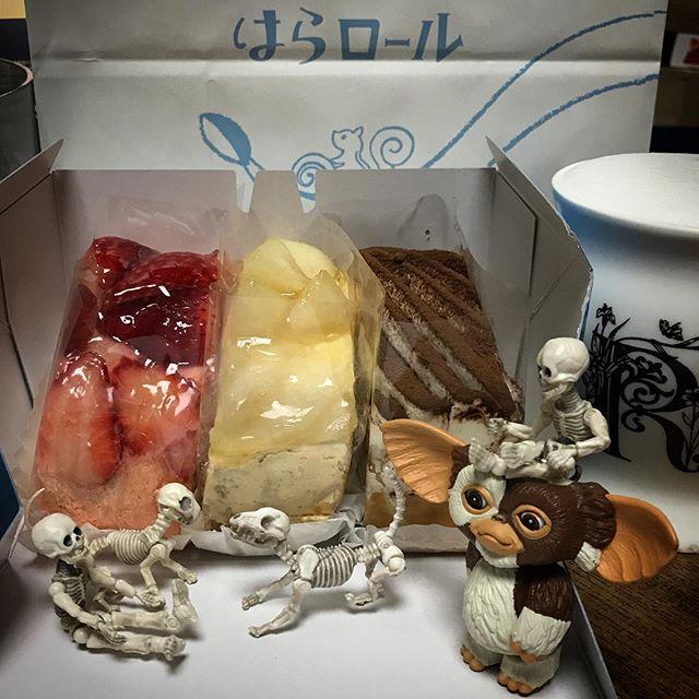 🍐久しぶりのはらロール🐿でごさるよ。 美味しいDEATH!☠️ #Gizmo #Mogwai #Gremlins #poseskeleton #skeleton #skeletondog #skeletoncat #usaji  #ギズモ #モグワイ #グレムリン #謎生物 #ポーズスケルトン #リーメント #うさじい