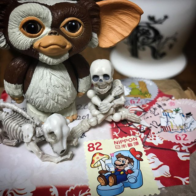 マリオが運んできてくれた美味しそうなハーブティーあした仕事に持ってこ楽しみDEATH!☠️ #Gizmo #Mogwai #Gremlins #poseskeleton #skeleton #skeletondog #skeletoncat #mario  #ギズモ #モグワイ #グレムリン #謎生物 #ポーズスケルトン #リーメント #マリオ