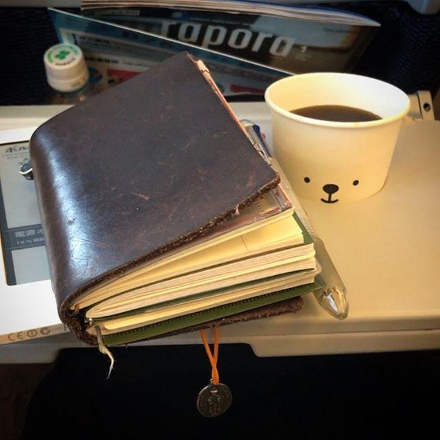 ️安定の熊珈琲と手帳タイム🖊🛩 #北海道 #熊珈琲 #エアドゥ #ベアドゥ #冬休み #airplane #AirDo #BearDo #hokkaido #coffee #kobo #travelersnotebook #winterholiday  #airpods