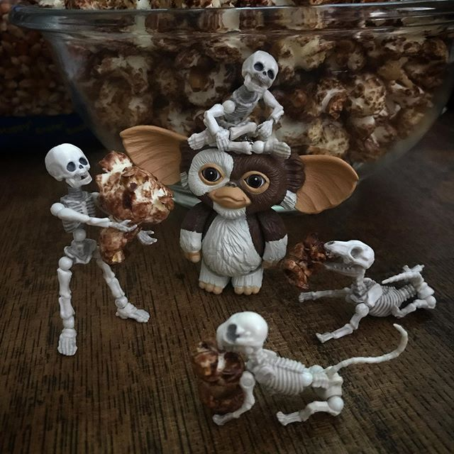 バレンタイン🍿チョコポップコーン☠️焦げずに美味しく出来ました! #Gizmo #Mogwai #Gremlins #poseskeleton #skeleton #skeletondog #skeletoncat  #popcorn #chocopopcorn  #ギズモ #モグワイ #グレムリン #謎生物 #ポーズスケルトン #リーメント