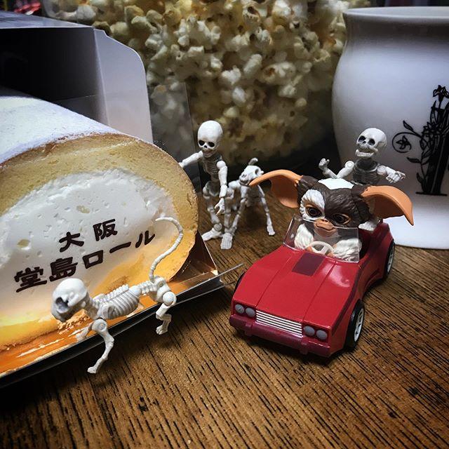 🍿🍼️堂島ロール入りました〜ギズモのドライビングテクニックにもご注目ください!☠️ #dojimaroll #堂島ロール #homecafe #coffee #popcorn #Gizmo #Mogwai #Gremlins #poseskeleton #skeleton #skeletondog #skeletoncat  #ギズモ #モグワイ #グレムリン #謎生物 #ポーズスケルトン #リーメント