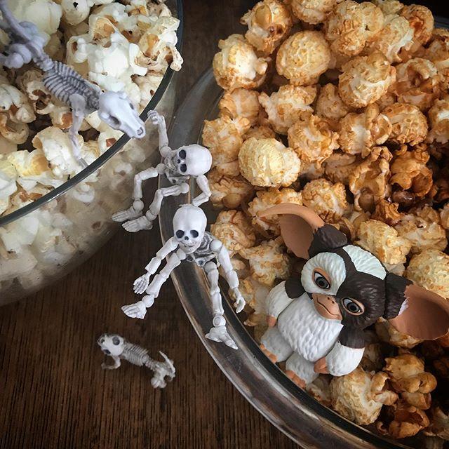 🍿今日の甘ポップ🍿キャラメルポップコーン☠️焦げずに美味しく出来ました! #Gizmo #Mogwai #Gremlins #poseskeleton #skeleton #skeletondog #skeletoncat  #popcorn #caramelpopcorn  #ギズモ #モグワイ #グレムリン #謎生物 #ポーズスケルトン #リーメント