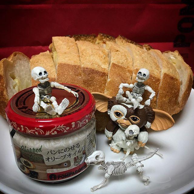 🥖🥐パン祭DEATH!☠️ チーズバタール誕生祭🧀🥖とりあえず参加せな #pompadour #ポンパドール #Gizmo #Mogwai #Gremlins #poseskeleton #skeleton #skeletondog #skeletoncat  #ギズモ #モグワイ #グレムリン #謎生物 #ポーズスケルトン #リーメント