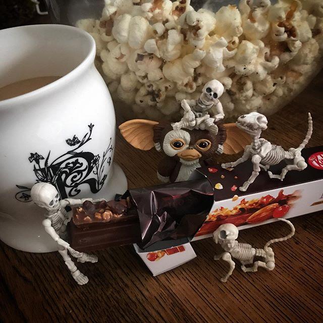 🍼️おやつ🍿#kitkat #Gizmo #Mogwai #Gremlins #poseskeleton #skeleton #skeletondog #skeletoncat #cafelatte #cafe #homecafe #popcorn  #ギズモ #モグワイ #グレムリン #謎生物 #ポーズスケルトン #リーメント