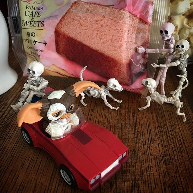 とにかく期間限定に弱い🍿️ #ファミマスイーツ #Gizmo #Mogwai #Gremlins #poseskeleton #skeleton #skeletondog #skeletoncat #sweets #popcorn #homecafe #coffee #cafelatte  #ギズモ #モグワイ #グレムリン #謎生物 #ポーズスケルトン #リーメント