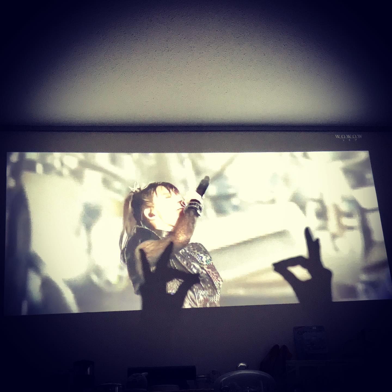 おうちで爆音上映🕯🤘🏼🏻🦊☠️🍿️🥛🏻♀️🦠🏼#stayhome #staymetal #kitsune #foxsign #babymetal @babymetal_official #hometheater
