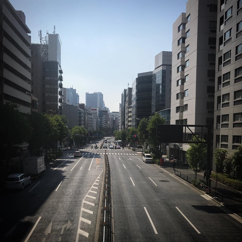 ️は無いけどけぶってます。歩道橋からビルの中でお仕事中の人が結構みえた。🏻🏻🧑🏻 #takecare #staysafe #sky  #shinjuku  #tokyo #新宿 #空  #ソラ #イマソラ